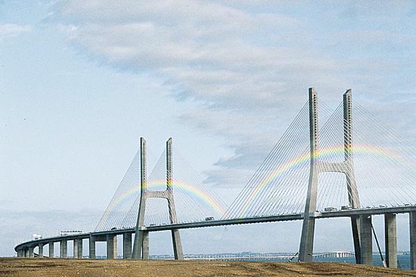 Pluie d'arcs-en-ciel sous les grands ponts duMonde