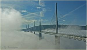 le-pont-de-millau-sous-les-nuages